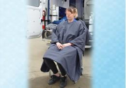 Couverture cape bactériostatique pour patient assis en chaise portoir